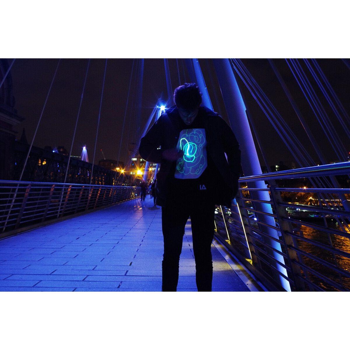 Pimeässä loistava, interaktiivinen t-paita