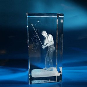 Golfer beim Abschlag  im Glasblock mit individualisierbarem Textfeld