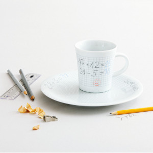Kahvikuppi ja -lautanen piirtopinnalla