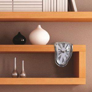 Sulava kello Dalin tyyliin